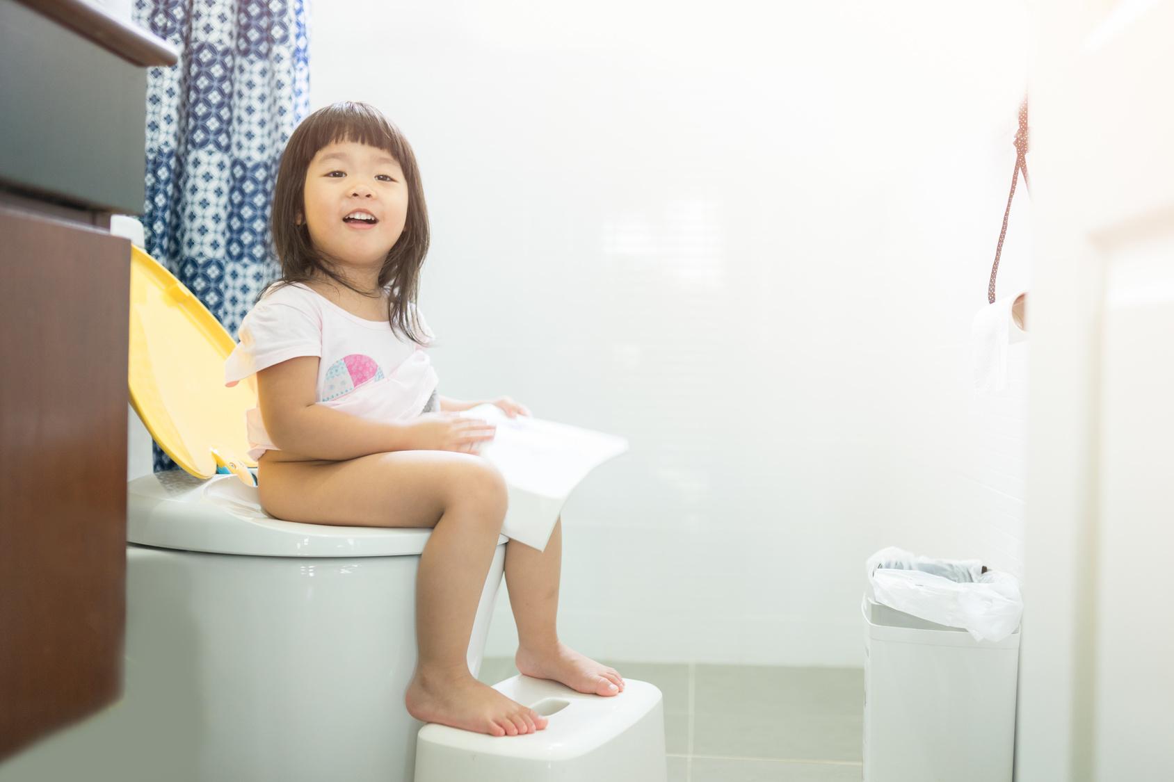tap cho be ngoi toilet