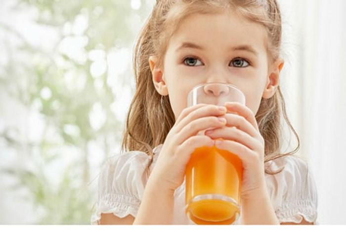 cho trẻ uống nước ép trái cây