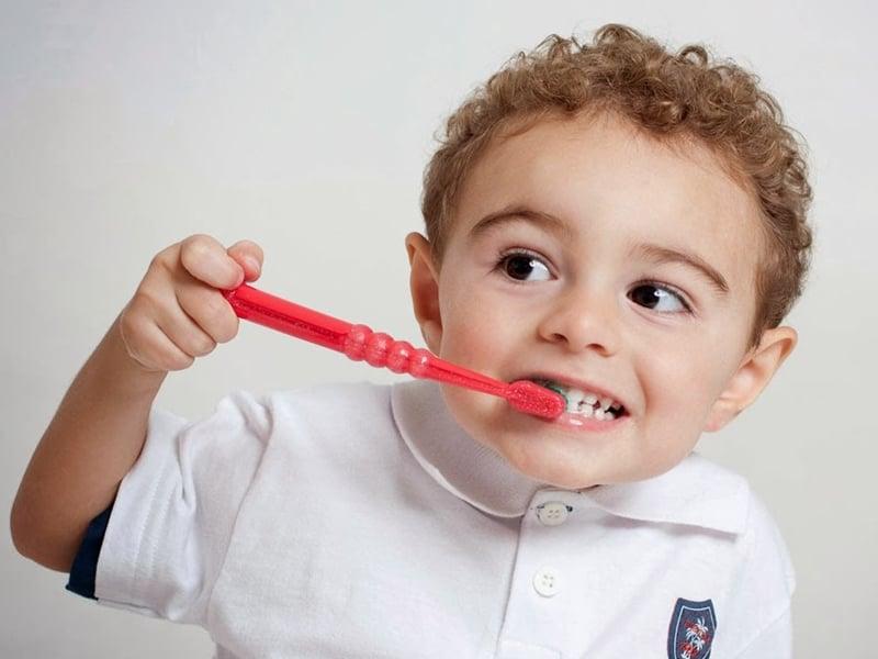 cho bé đánh răng 2 lần 1 ngày